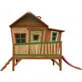 Houten speelhuis met glijbaan
